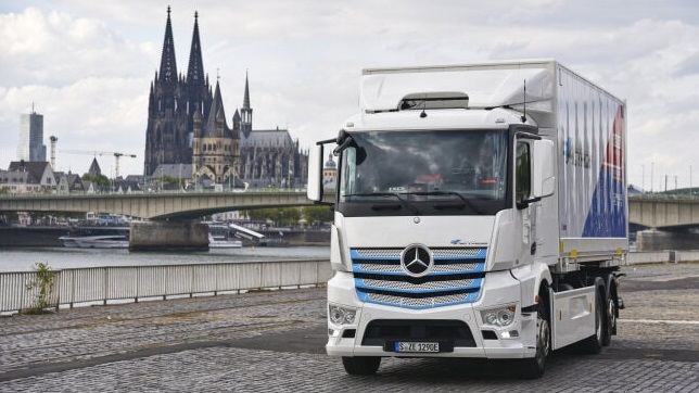 Mercedes-Benz electric truck starts work at Remondis in Cologne